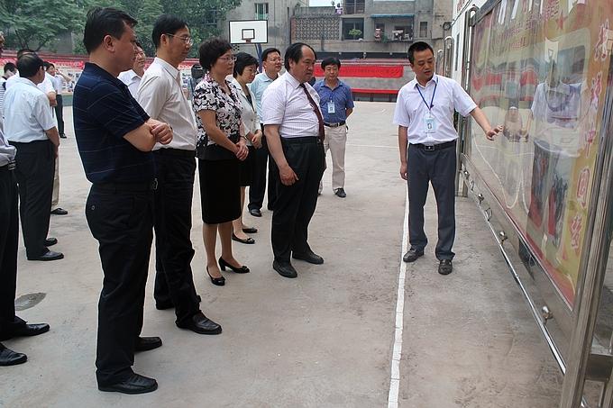 """看图片展板,查阅活动资料等方式详细了解我县""""实现伟大中国梦,建设"""